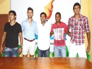 Cuota foránea del Dep. Quevedo, en el centro César Litardo, presidente del club. Foto cortesía, diario Extra.